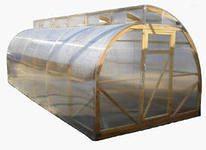 Деревянная теплица с ломаной крышей.