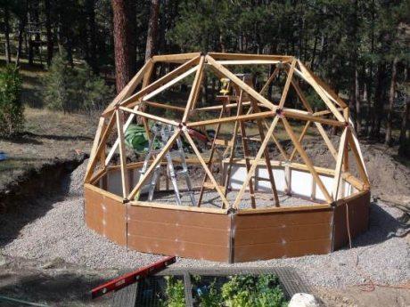 Купольный каркас состоит из скрепленных между собой треугольников.