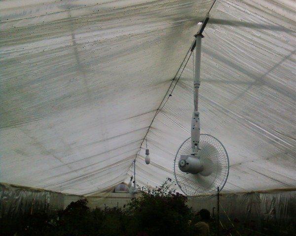 Любительское фото, показывающее, что простейший бытовой вентилятор может быть использован для создания движений воздуха