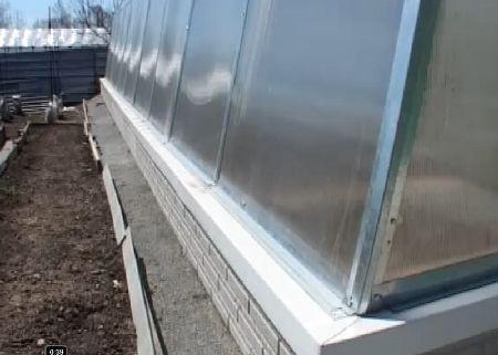 Мы рассмотрели несколько основных способов сделать надежный фундамент для теплицы из блоков, кирпича, дерева или бетона. Какой из них выбрать – будет зависеть от веса конструкции, вашего бюджета и требований.