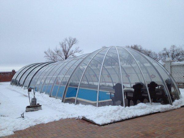 Некоторые владельцы дачных участков предпочитают использовать теплицу для создания зимнего бассейна