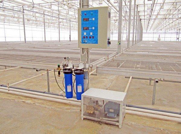 Промышленные комплексы обычно снабжаются несколькими насосами и сложной панелью управления