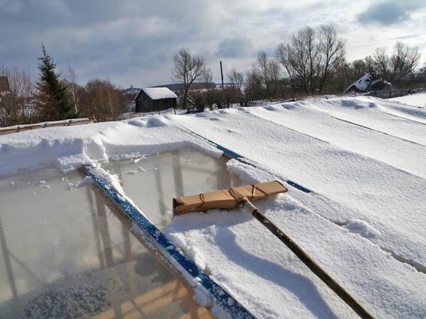 Регулярно очищайте слой снега на крыше