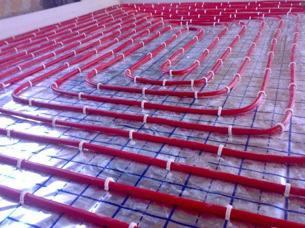 Трубы отопления на теплоизоляционном слое