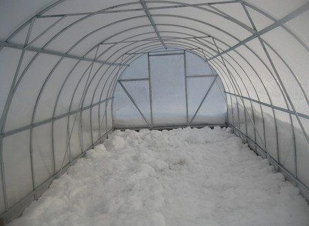 Весной снега в теплице должно остаться совсем немного