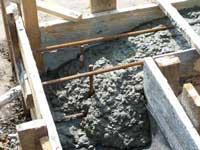 Заливаем бетон в опалубку.