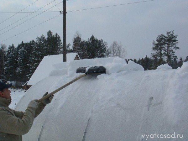 Особое внимание уделим крыше: именно на ней была основная нагрузка от обильного снега.