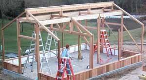 Построить деревянный парник на таком солидном бетонном основании или воспользоваться первозданной землёй участка, каждый решает сам, но что не подлежит никаким сомнениям – конструкция должна быть предельно надёжна