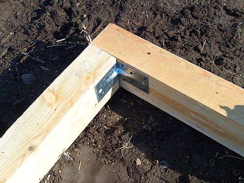При сооружении деревянных конструкций особое внимание необходимо обращать на качество стыков и крепежа