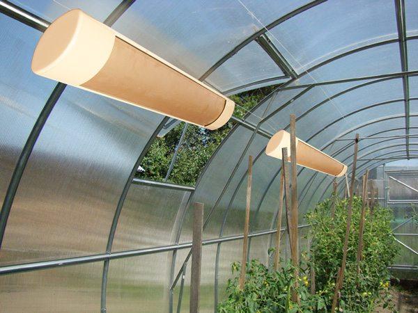 Использование инфракрасных обогревателей позволит решить не только проблему отопления помещения, но подачу света определенного излучения, которое очень нужно растениям