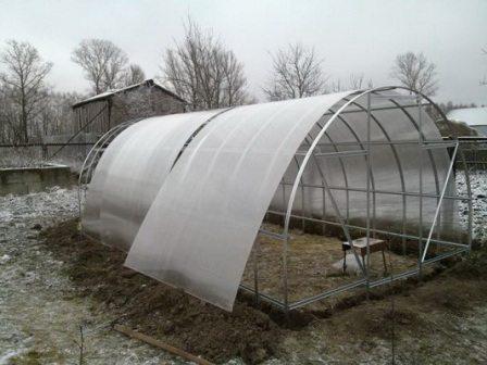 Фото строительства теплицы из поликарбоната для клубники