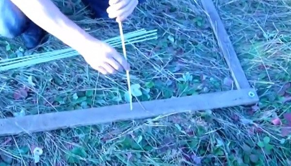 Монтаж стеклопластиковой арматуры на каркас из деревянных реек