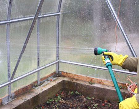 Помывка стекла теплицы мощной струей воды