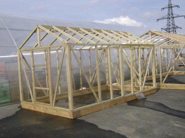 Деревянная конструкция с двумя скатами