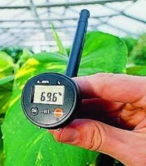 Для контроля влажности желательно установить гигрометр