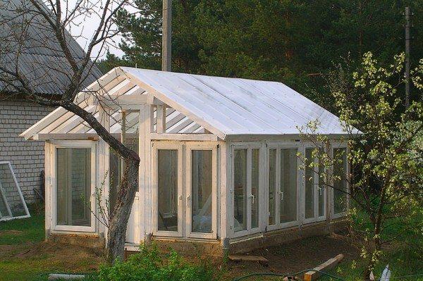 Домик из дерева и стекла