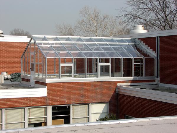 Фото парника на плоской крыше здания.
