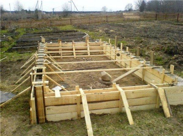 Фундамент сбережет теплицу от повреждений вследствие сезонных деформаций грунта.