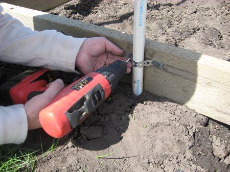 Крепим ПВХ-трубы к деревянному основанию