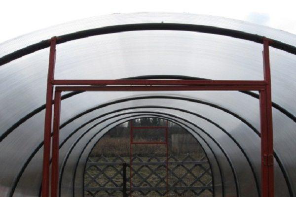 Листы поликарбоната крепятся непосредственно к трубам