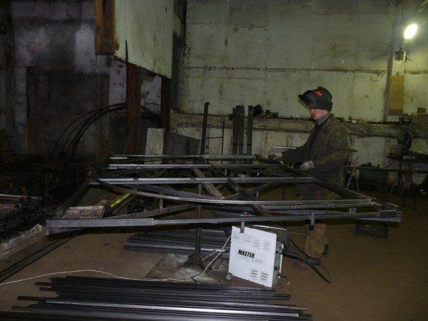 Любительское фото, на котором показан процесс создания металлических арок из профилированной трубы