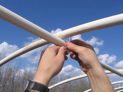 На фото показано соединения труб при помощи проволоки