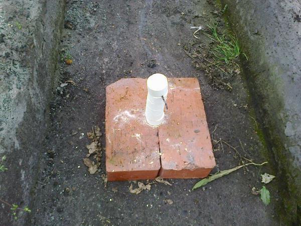 Поджигайте серную шашку на подставке из камня или металла