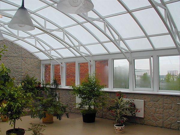 Поликарбонат толщиной 15 мм и более отлично подойдет для создания крыши в зимнем саду