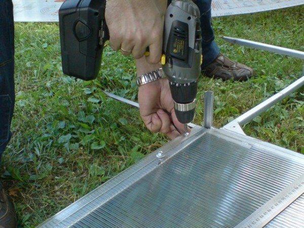 С помощью шуруповерта легче и быстрее вкручивать саморезы в металл