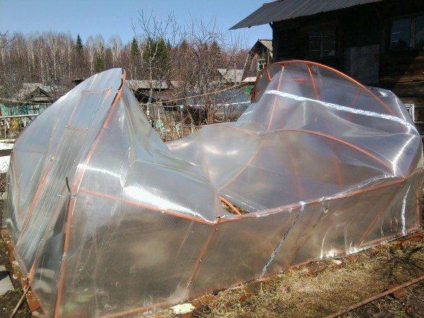 Слишком большое расстояние между фермами каркаса при использовании материала 4 мм толщины может привести к разрушению конструкции