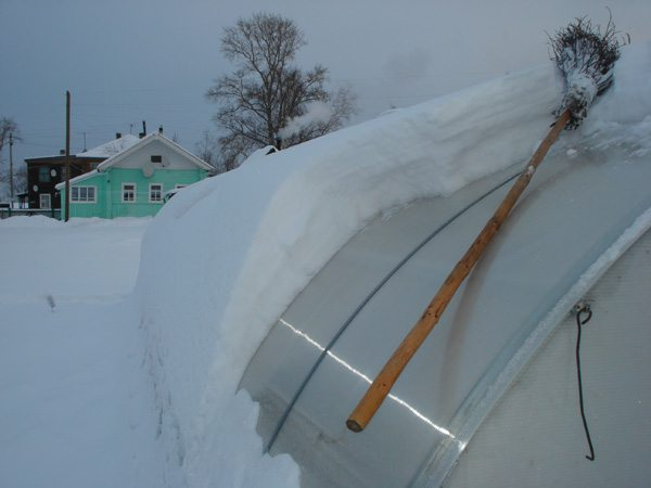 Снег нужно убирать