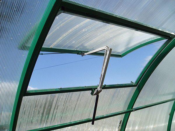 Установите на фрамуги автоматические открыватели, чтобы не волноваться за создание благоприятного микроклимата в теплице