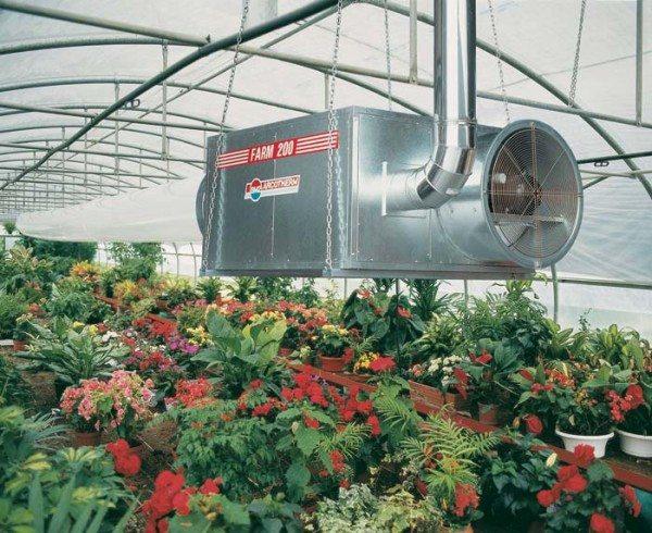 Вентилятор-обогреватель прикрепляем в центре, под крышей.
