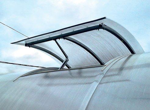 Вентиляционные окошки предусматриваются даже на крыше, ведь теплый воздух, повинуясь законам физики, поднимается вверх