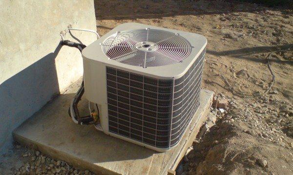Внешний блок теплового насоса воздух-воздух отбирает тепло у окружающей среды и перекачивает его в помещение.