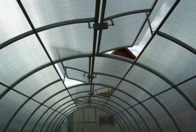 Заранее продумайте систему вентиляции в теплице