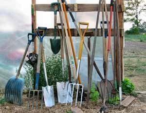 Земля для теплицы требует использования и хорошего садового инвентаря на все случаи жизни, для всех выполняемых работ