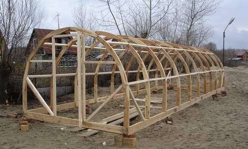 Исполнение арочной теплицы из древесины.