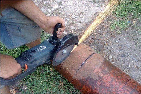 Работа болгаркой при вырезании основных отверстий.