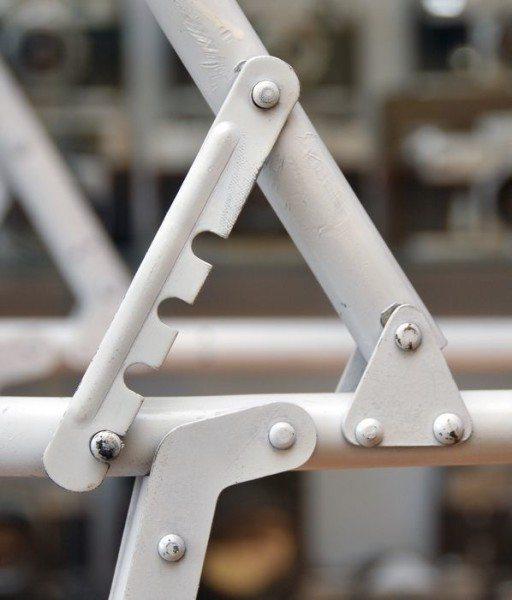 Принцип реализации подвижных узлов и фиксирующих элементов на металлической трубе