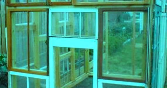 Небольшая конструкция из оконных рам, которая может поместиться на балконе